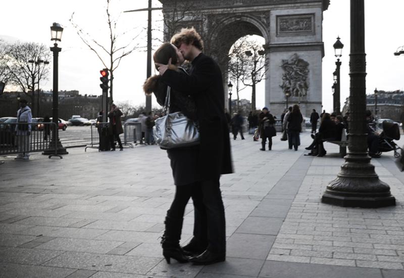 couplekissing_97086904.jpg