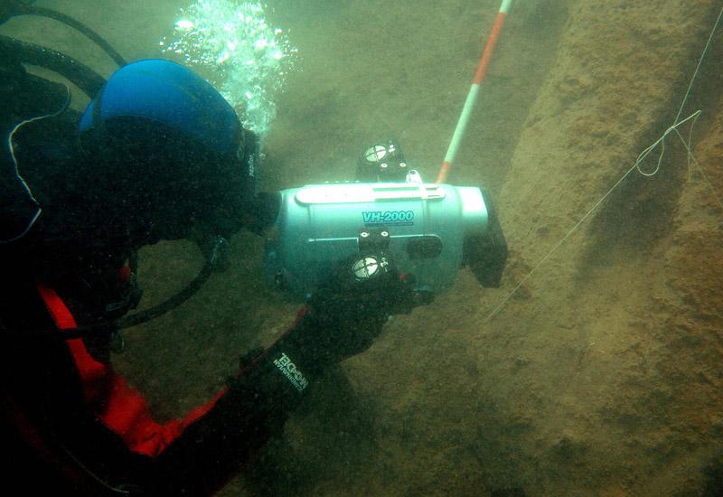 diver-ship-wreck-73683209.jpg