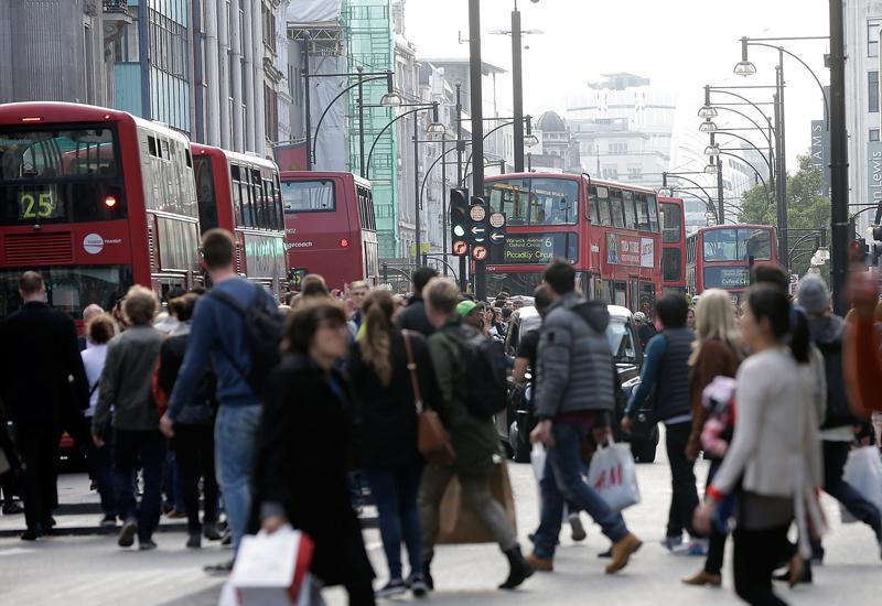 Shoppers-on-Oxford-Street.jpg