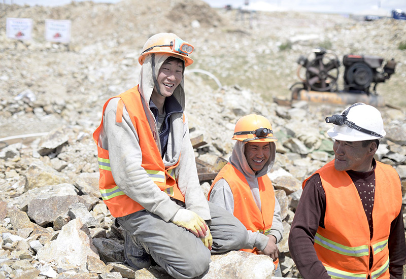artisanal-miners-in-mongolia-vipa-designs-fairmined-eco-gold